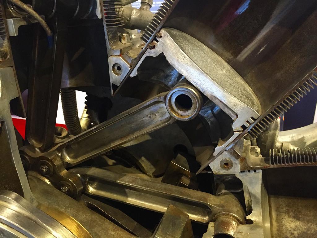 光エンジン、ピストンクローズアップ。シリンダの薄さが際立つ。