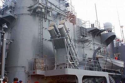 ハープーンSSM 4連装発射筒。発射筒は固定されてるんですね。