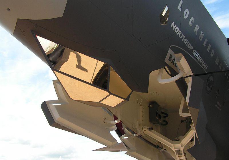 機首下部に配置された、AN/AAQ-40 EOTS。